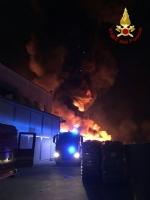 PIANEZZA - Ancora in corso le operazioni alla «Omnia Recuperi»: 16 squadre, 35 vigili del fuoco - immagine 2