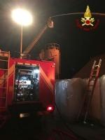 PIANEZZA - Ancora in corso le operazioni alla «Omnia Recuperi»: 16 squadre, 35 vigili del fuoco - immagine 3