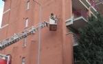 BORGARO - Paura per il crollo del paramano di un palazzo - VIDEO - immagine 4