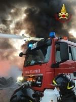 PIANEZZA - Ancora in corso le operazioni alla «Omnia Recuperi»: 16 squadre, 35 vigili del fuoco - immagine 4