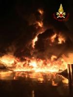 PIANEZZA - Ancora in corso le operazioni alla «Omnia Recuperi»: 16 squadre, 35 vigili del fuoco - immagine 5