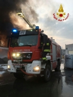 PIANEZZA - Ancora in corso le operazioni alla «Omnia Recuperi»: 16 squadre, 35 vigili del fuoco - immagine 6
