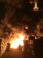PIANEZZA - Ancora in corso le operazioni alla «Omnia Recuperi»: 16 squadre, 35 vigili del fuoco - immagine 7