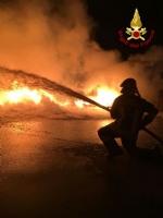 PIANEZZA - Ancora in corso le operazioni alla «Omnia Recuperi»: 16 squadre, 35 vigili del fuoco - immagine 8