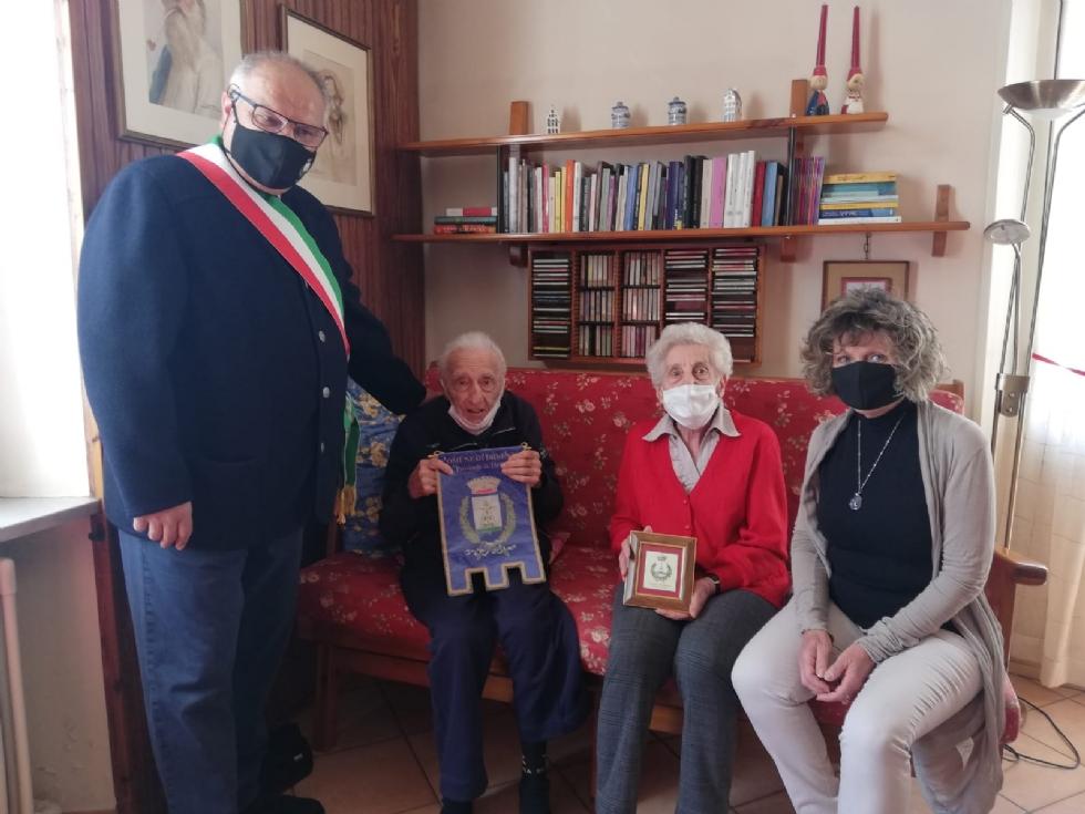DRUENTO - I 100 anni di nonno Antonio: il sindaco e la Giunta lo festeggiano con una torta - FOTO