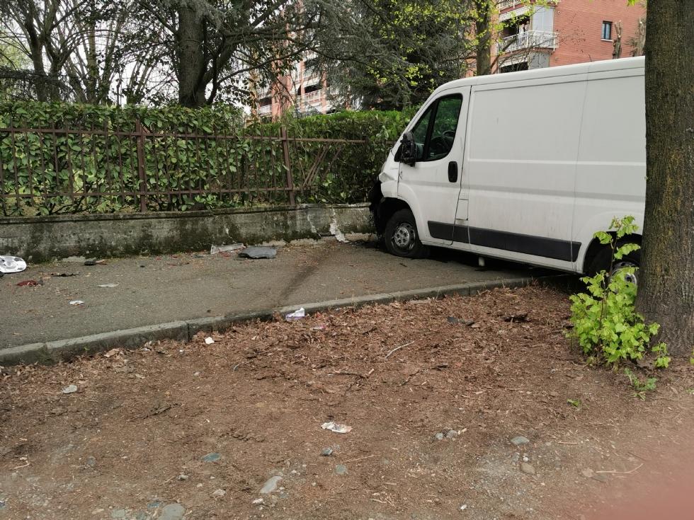VENARIA - Paura in corso Machiavelli: furgone finisce contro un'auto e sfonda muretto e cancellata