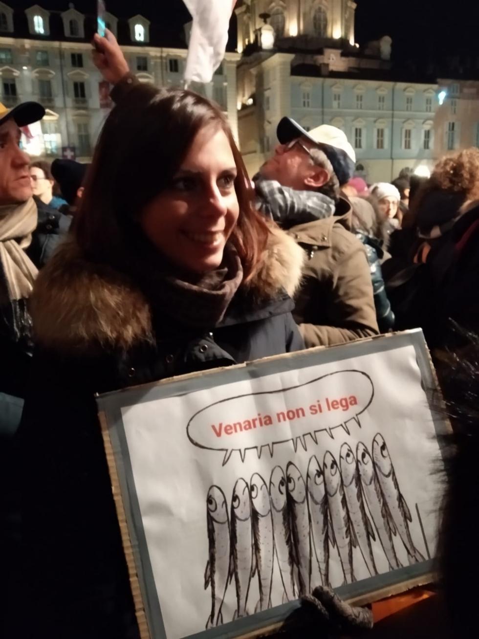 VENARIA - Tante «sardine» venariesi alla manifestazione di questa sera in piazza Castello
