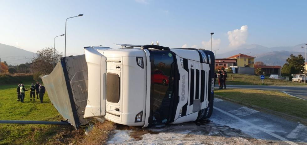 MATHI - Paura in via Torino: tir si ribalta all'uscita dalla rotatoria. Autista illeso