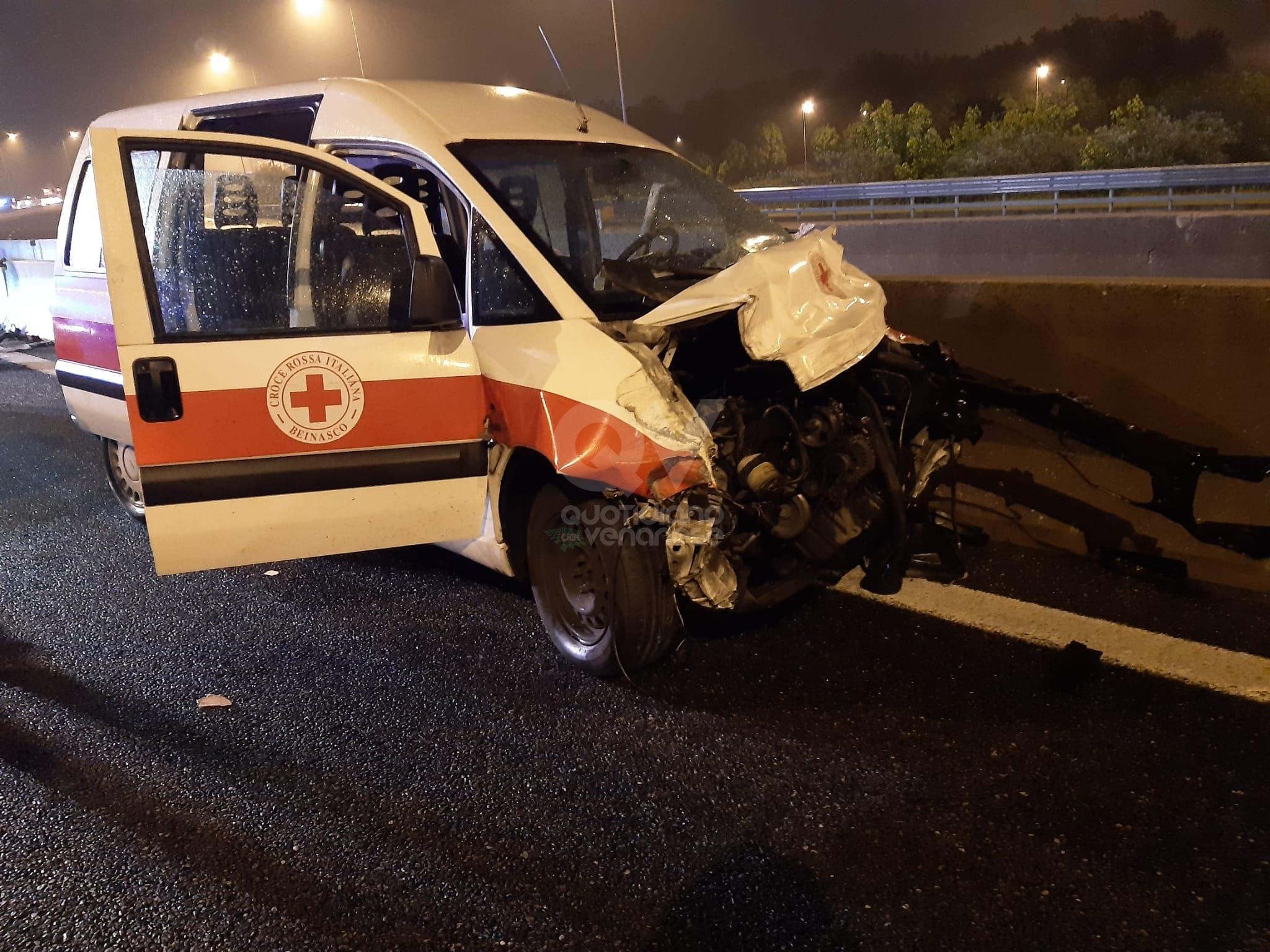 TRAGEDIA A RIVOLI - Il mezzo della Croce Rossa finisce contro il guard-rail: morto 25enne