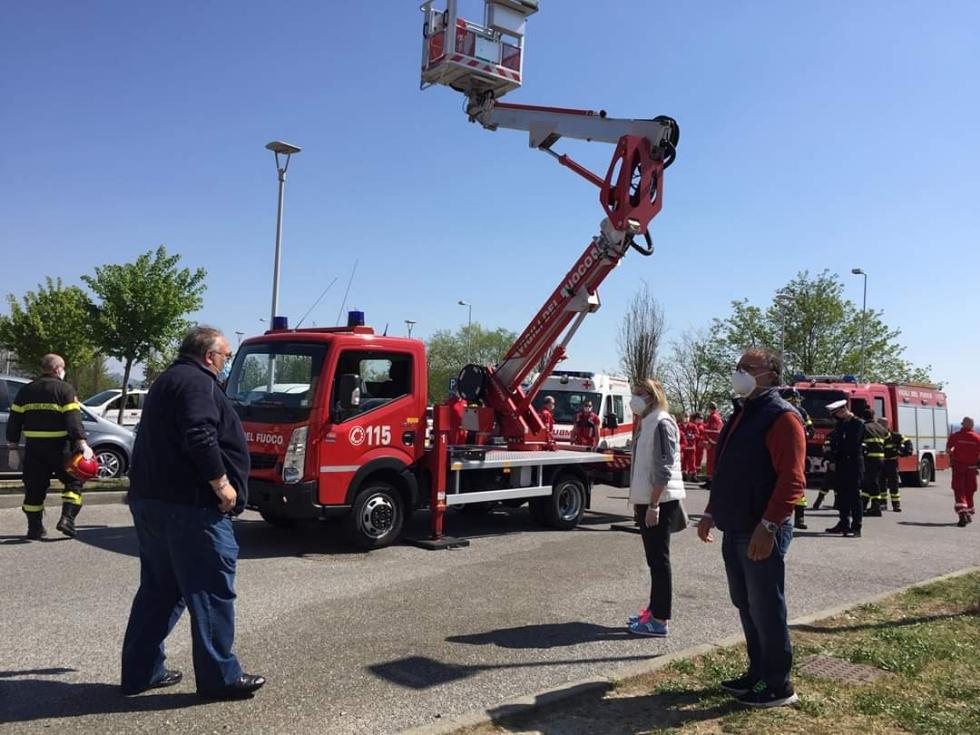 RIVOLI - Il «grazie» di Comune, forze dell'ordine, associazioni e pompieri al personale sanitario - FOTO E VIDEO