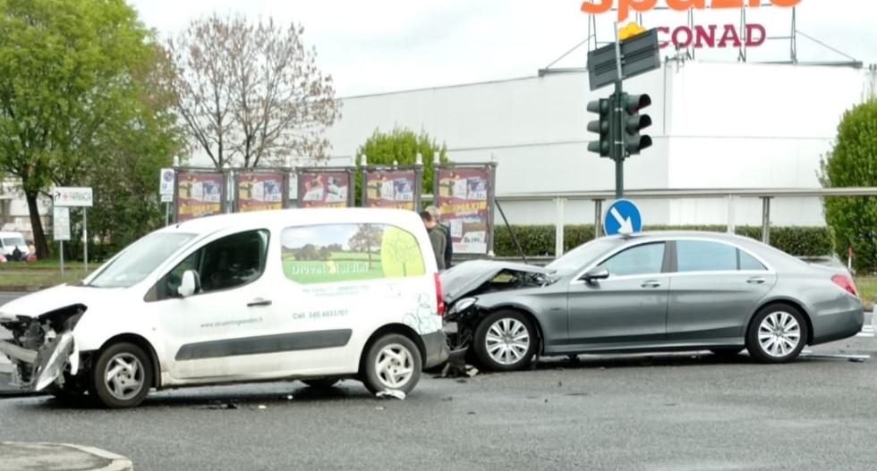 TORINO-VENARIA - Scontro fra due auto all'incrocio: due persone ferite - FOTO