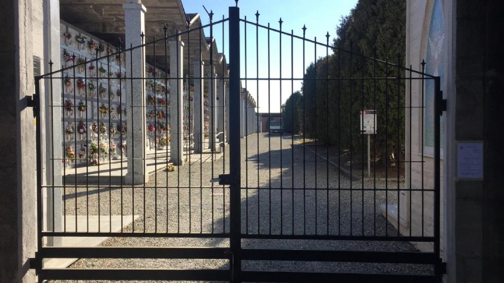 CASELLE-PIANEZZA - Vento forte: scoperchiata una parte del cimitero. Voli cancellati in aeroporto