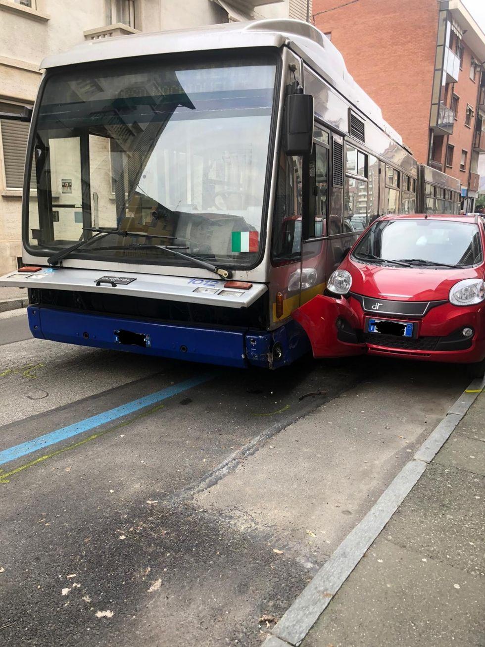 VENARIA - Si rompe lo sterzo dell'autobus, che finisce contro due auto: caos in via Palestro