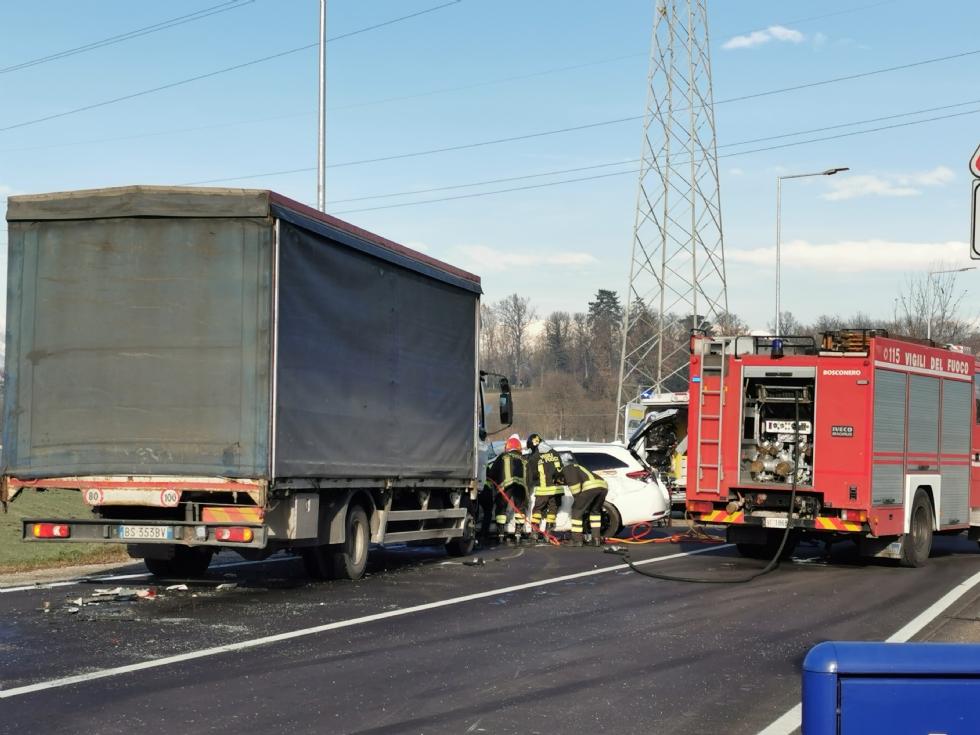 VENARIA - Scontro taxi-camion lungo la provinciale: un ferito FOTO
