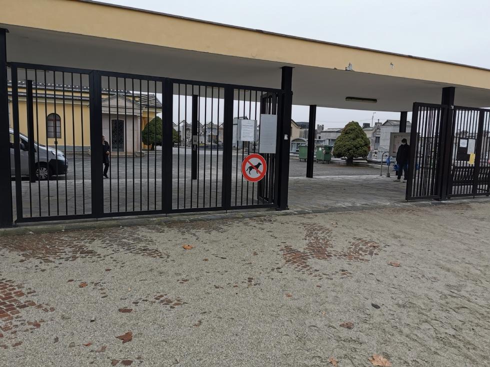 VENARIA - I cani potranno finalmente entrare al cimitero: il Consiglio elimina il divieto d'accesso
