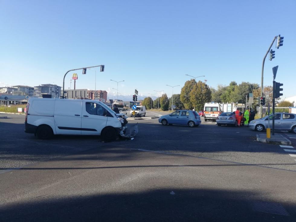 TORINO-VENARIA - Incidente all'incrocio fra strada Altessano e corso Garibaldi: un ferito - FOTO