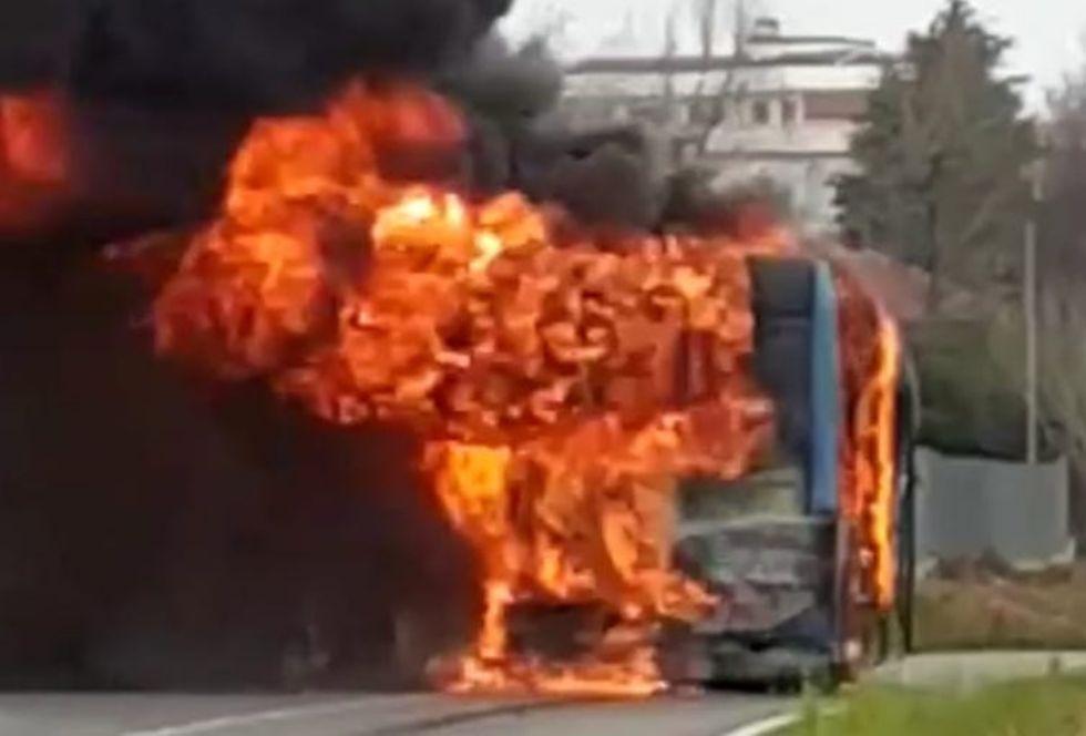 RIVOLI - L'autobus Gtt proveniente da Collegno prende fuoco in corso Levi mentre è in marcia