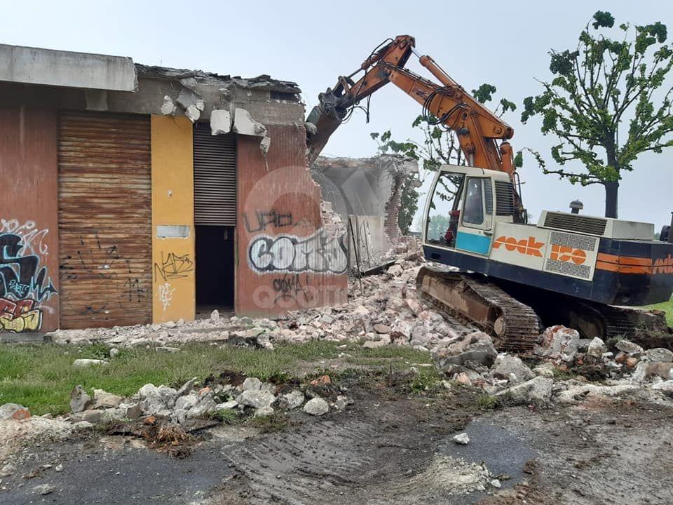 RIVOLI - Avviati i lavori di demolizione dell'ex cabina di trasformazione della filovia Torino-Rivoli