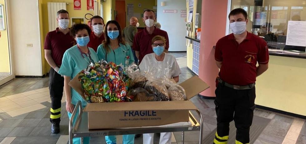 SOLIDARIETA' - Uova di Pasqua e colombe donate da pompieri e polizia municipale a ospedali e residenze per anziani
