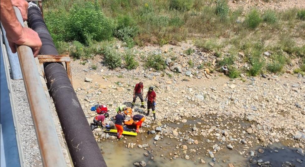 DRUENTO - Tenta il suicidio gettandosi dal ponte sulla Ceronda: ricoverato in ospedale FOTO