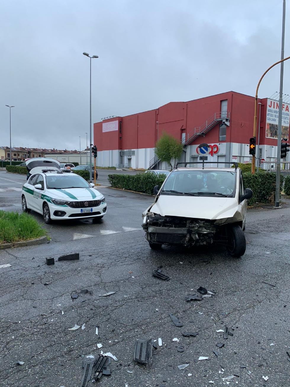 BORGARO - Scontro in via Lanzo fra due auto: una persona ferita - FOTO