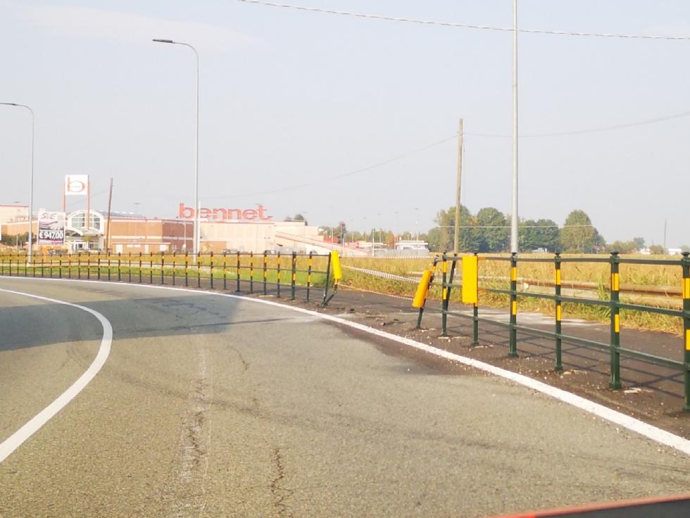 CASELLE - Perde il controllo dell'auto e sfonda le protezioni della pista ciclabile