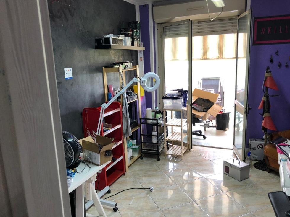 BORGARO - L'appartamento trasformato in un negozio di tatuaggi abusivo: 34enne nei guai