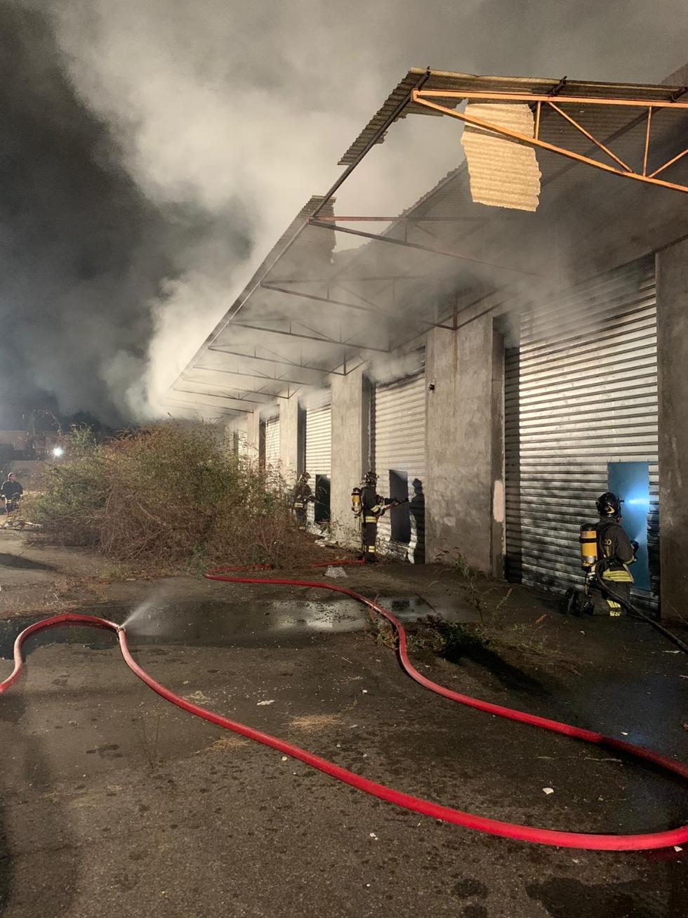 BORGARO - A fuoco nella notte l'ex deposito di «Scarpe&Scarpe»