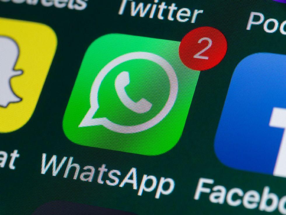RIVOLI - Chat Whatsapp piena di video porno, foto di Mussolini e Hitler: due 15enni nei guai