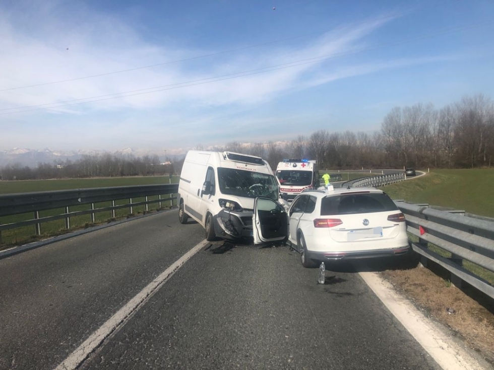 TORINO-MAPPANO - Scontro furgone-auto dopo il sorpasso azzardato: conducente ferito - FOTO