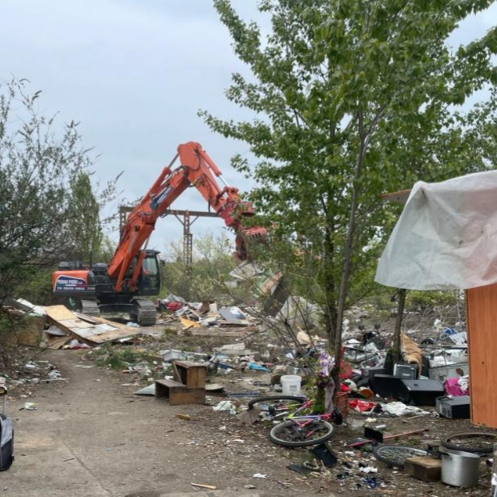 COLLEGNO - Sgombero alla ex Mandelli: rimossi i capanni di fortuna, iniziata la pulizia dell'area