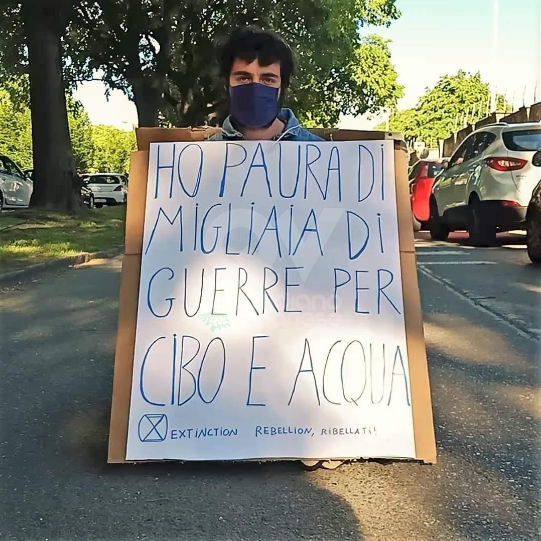 PROTESTA IN CORSO FRANCIA - Seduti a centro strada davanti alla sede della «Leonardo»