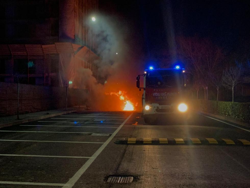 BORGARO - Doppio incendio in città: a fuoco cumuli di rifiuti e una macchina - FOTO