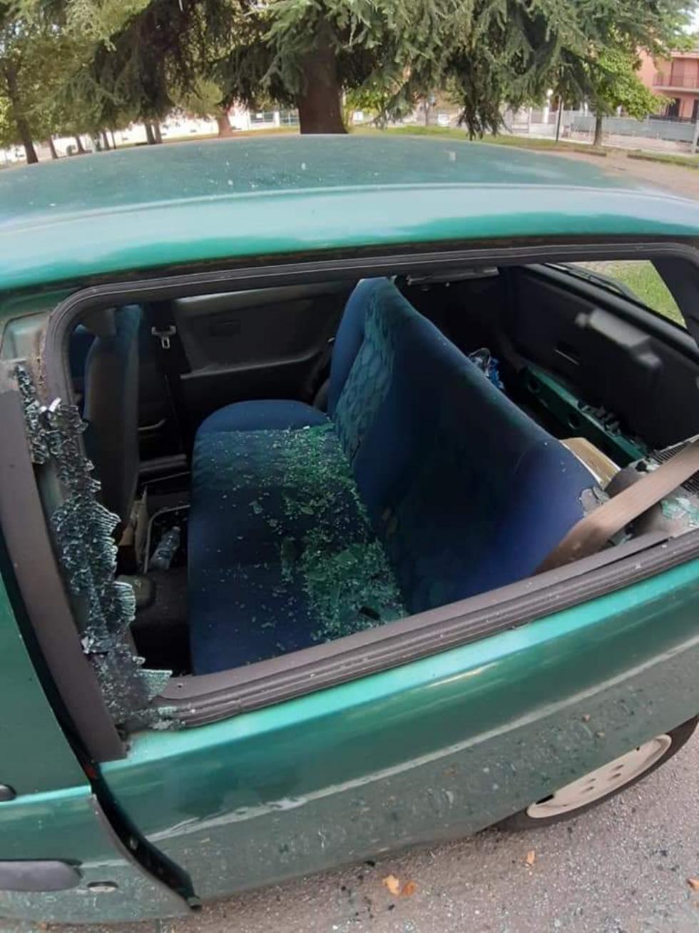 COLLEGNO - Vandali in azione: mandati in frantumi i vetri di un'auto parcheggiata