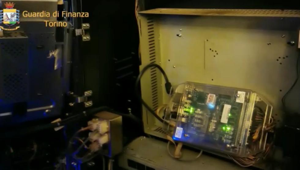 TORINO-VENARIA - Schede per slot machine alterate: tre denunce per frode informatica