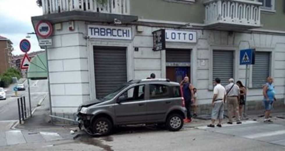 VENARIA - Dopo l'ennesimo incidente, i residenti vogliono più sicurezza tra via Canale e via Toti