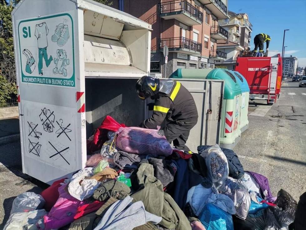 ALPIGNANO - Gattino rimane incastrato nel raccoglitore dei vestiti usati: salvato dai pompieri