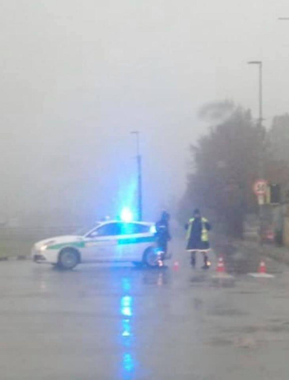 COLLEGNO-TORINO - Ancora un incendio al campo nomadi di strada della Berlia: traffico in tilt