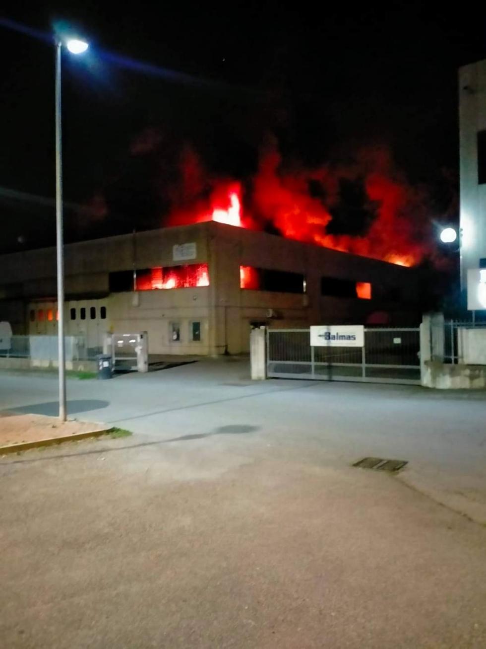 DRUENTO - Rogo in via Meucci: a fuoco due aziende. Tre auto arse dalle fiamme