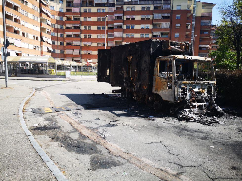 VENARIA - Furgone a fuoco nella notte in via Girotto