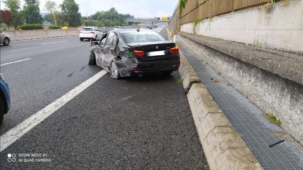 RIVOLI - Paura in tangenziale: scoppia lo pneumatico, conducente finisce in ospedale - FOTO