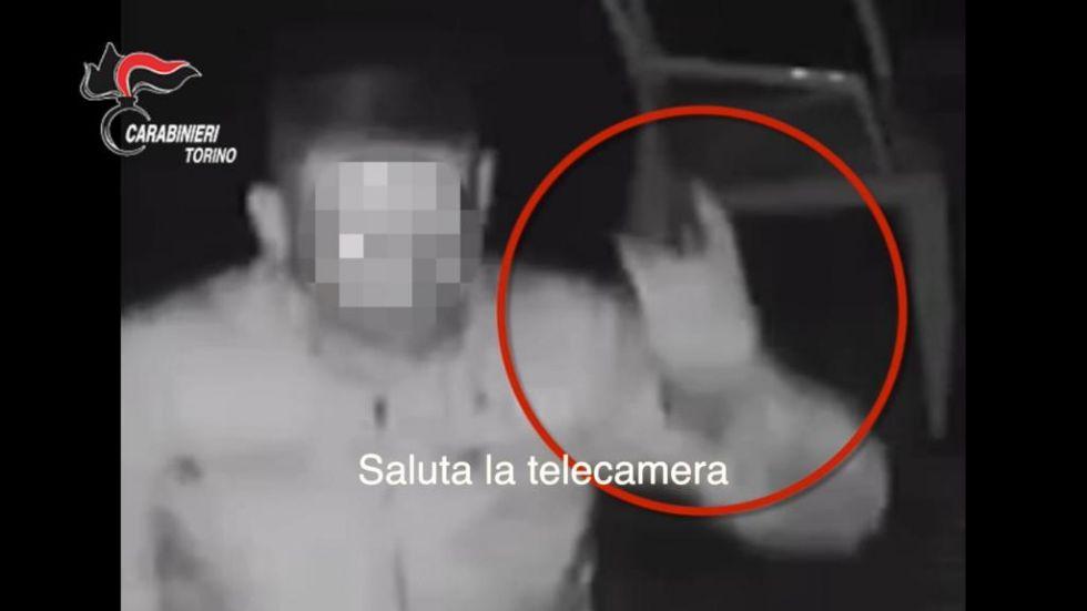 PIANEZZA - Compie il furto e mima il gesto delle corna guardando la telecamera: arrestato