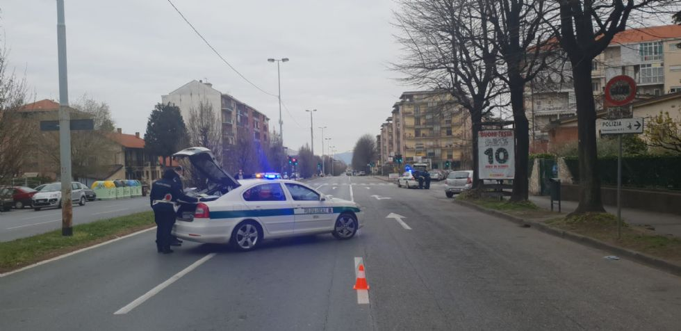RIVOLI - Non si ferma al posto di blocco: era senza revisione e assicurazione. 43enne nei guai