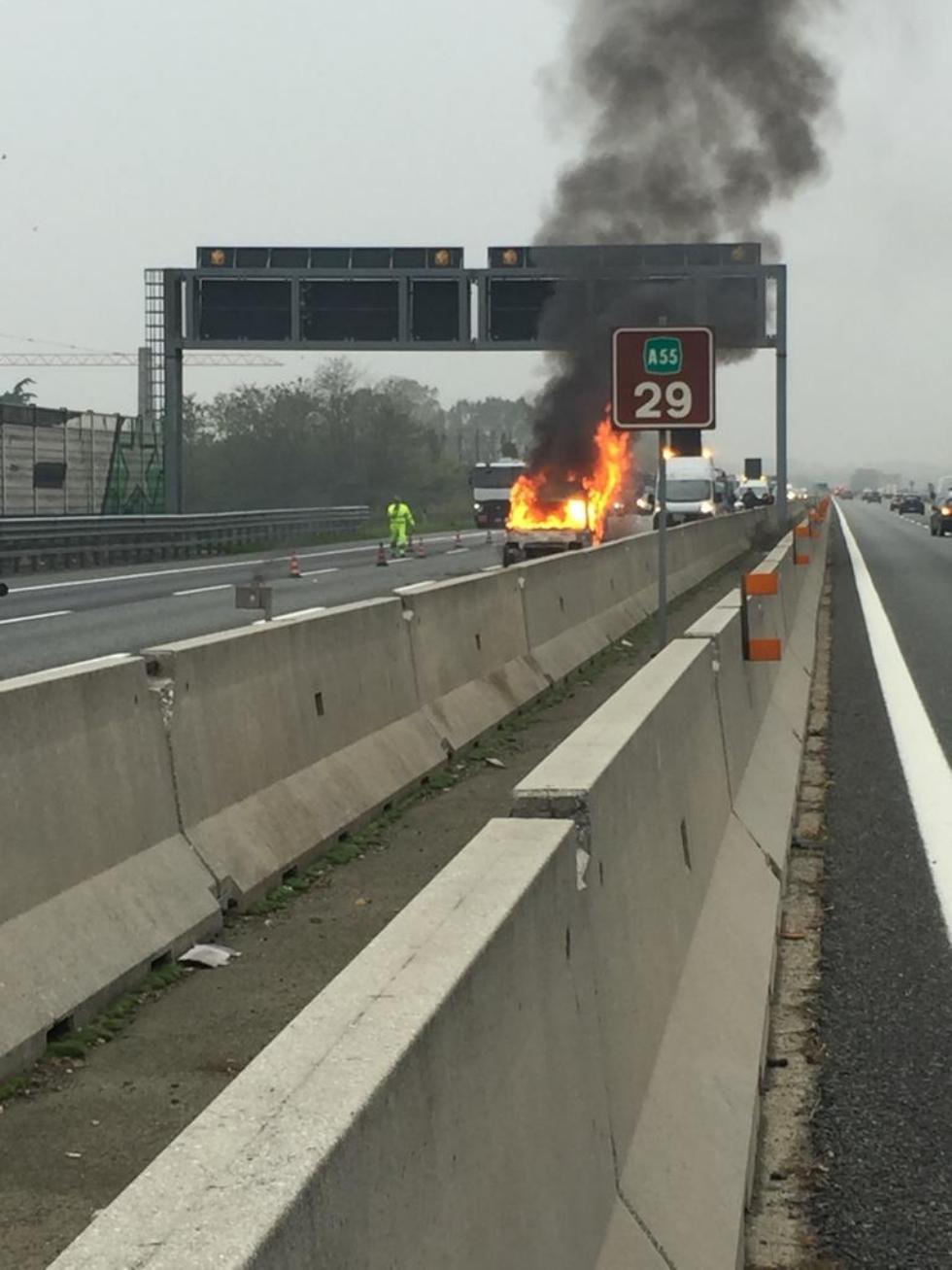 RIVOLI - Auto a gpl a fuoco mentre è in marcia in tangenziale: conducente salvo per miracolo