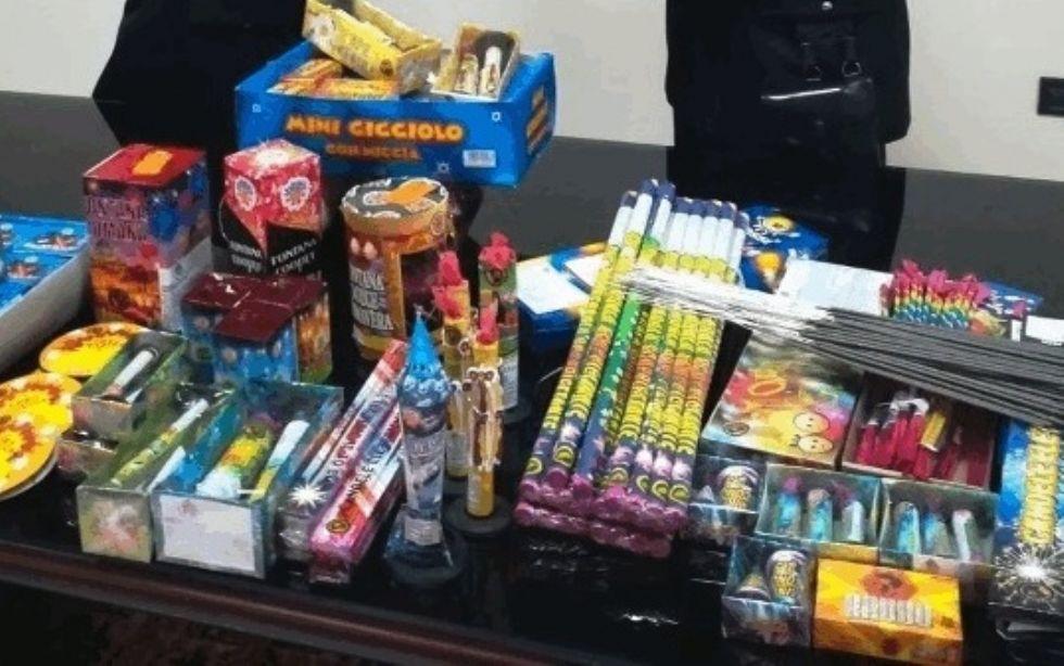 BORGARO - Vendeva i fuochi d'artificio tramite Facebook: 22enne denunciata