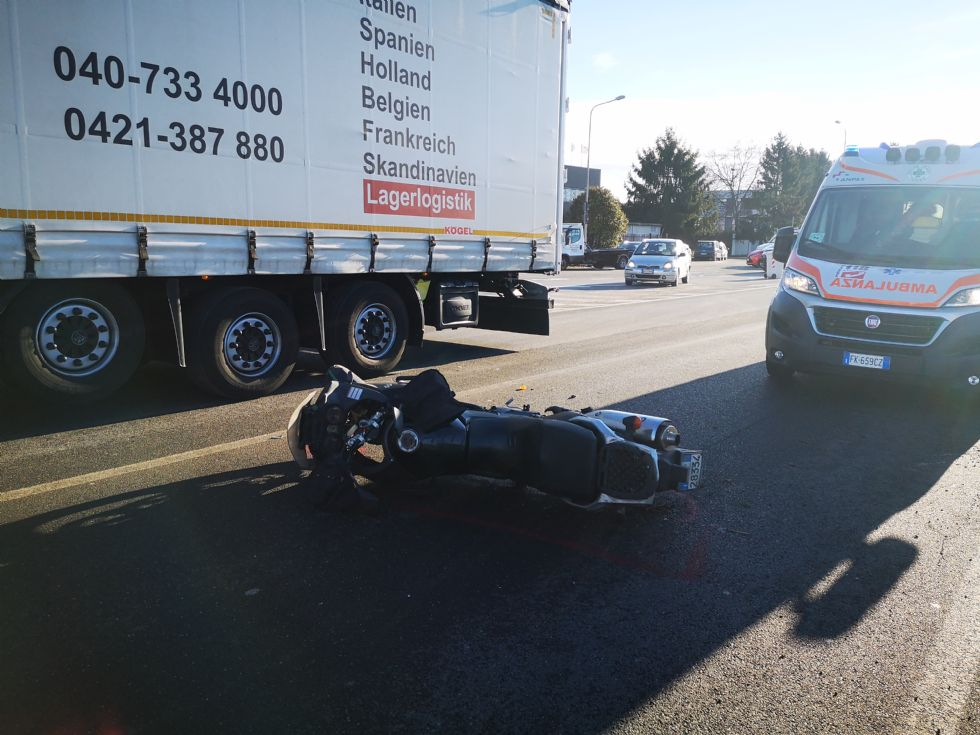 DRUENTO - Scontro fra auto e moto: centauro ferito