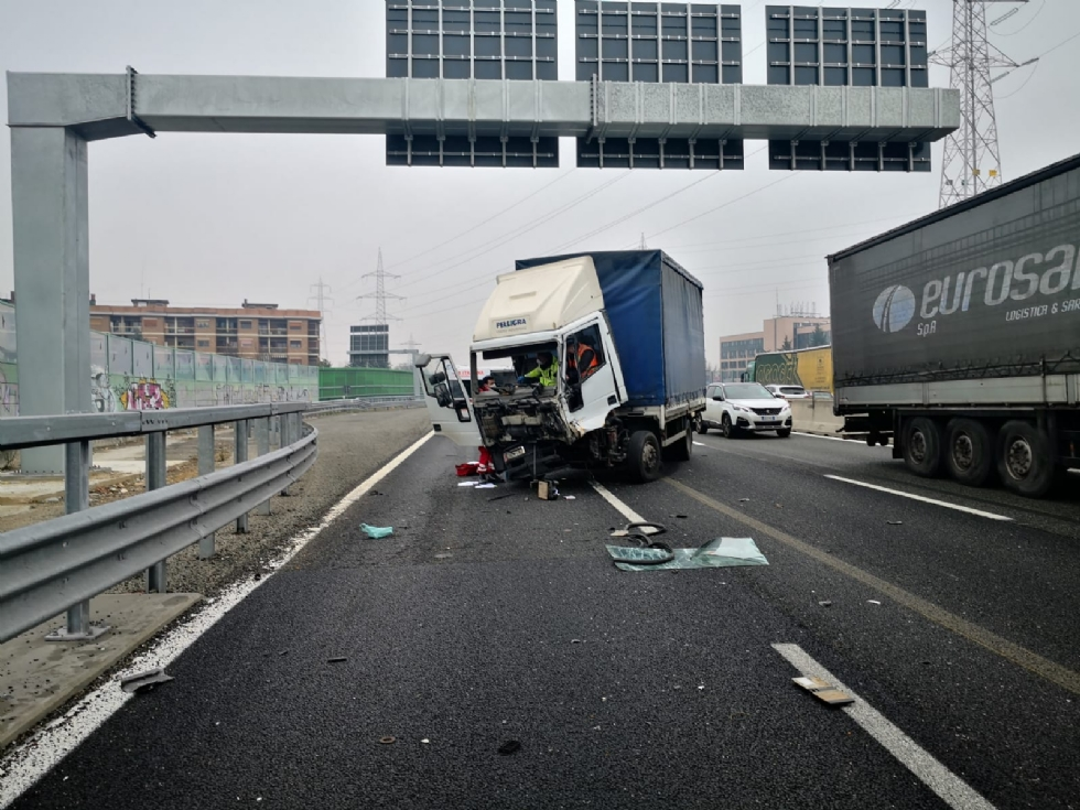 RIVOLI - Incidente in tangenziale: ferito autotrasportatore. Caos e lunghe code - FOTO