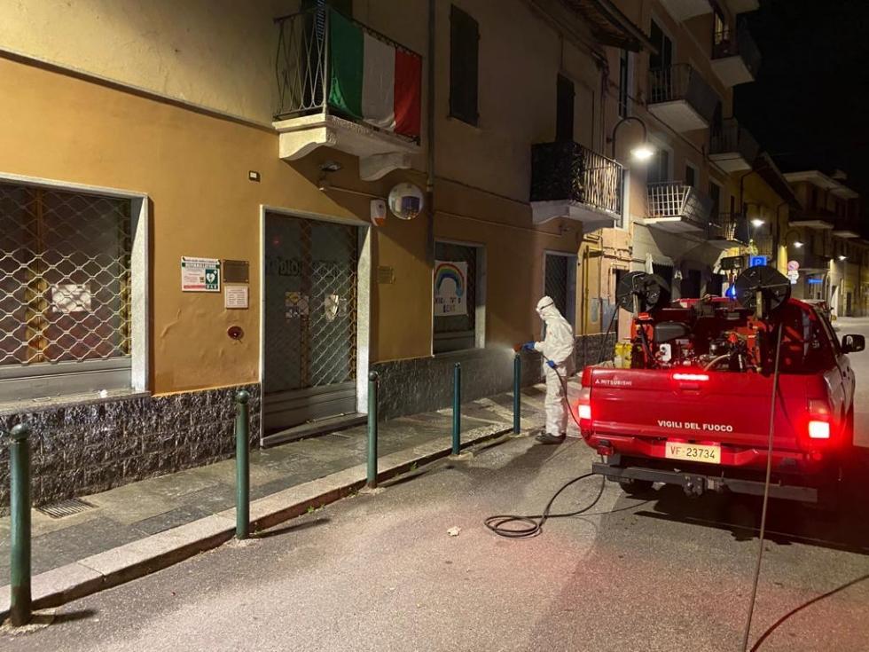 CASELLE - Notte di lavoro per i pompieri: sanificati gli esterni di negozi, studi medici, farmacie e supermercati