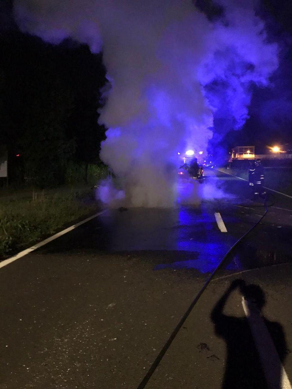 BORGARO - Auto distrutta dalle fiamme mentre era in marcia in via Santa Cristina