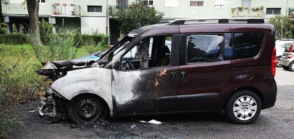 VENARIA - Auto distrutta dalle fiamme in via San Marchese